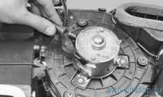 Снятие и установка электродвигателя вентилятора системы отопления и вентиляции салона ВАЗ-2170
