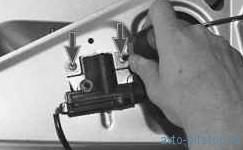 Снятие и установка замка крышки багажника и его привода ВАЗ-2170